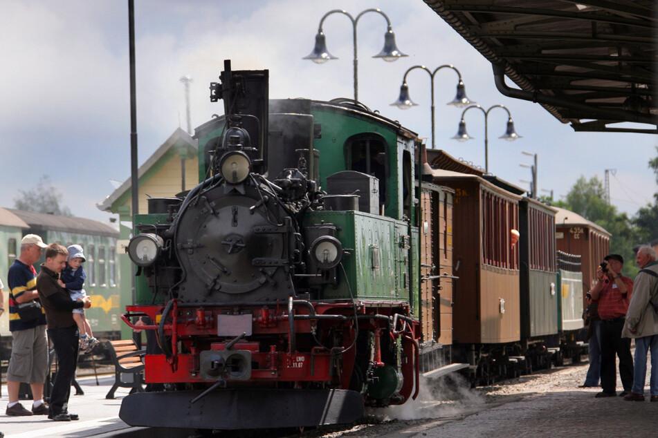 """Seit 1884 verkehrt die Schmalspurbahn, auch """"Lößnitzdackel"""" genannt, vom sächsischen Radebeul nach Radeburg. 17 Brücken und 11 Bahnhöfe liegen an der Strecke."""