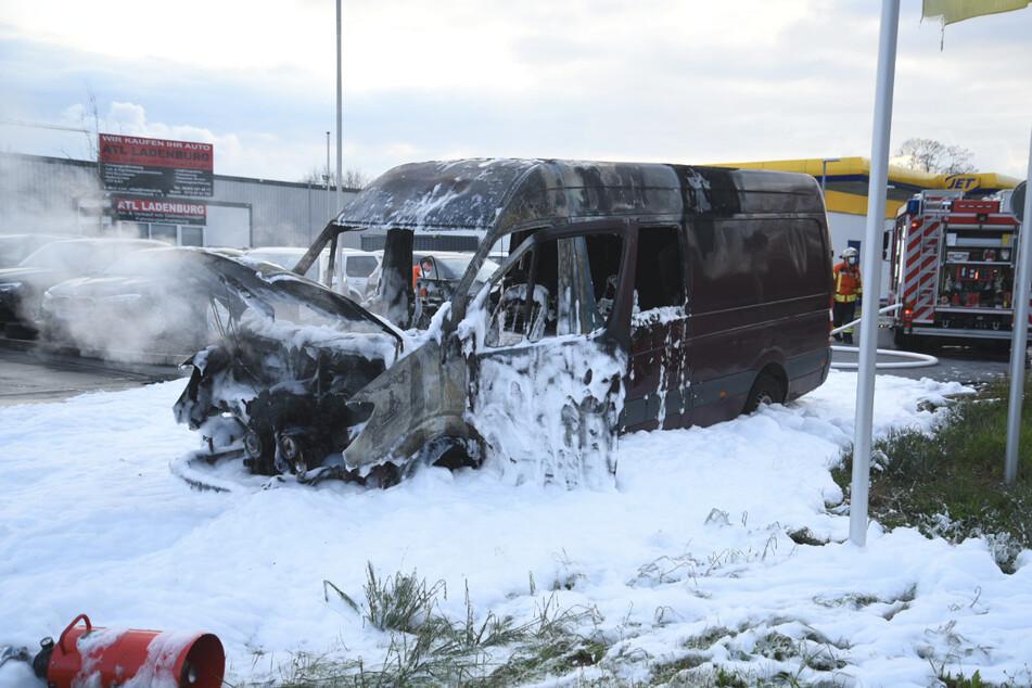 Sprinter geht neben Tankstelle in Flammen auf
