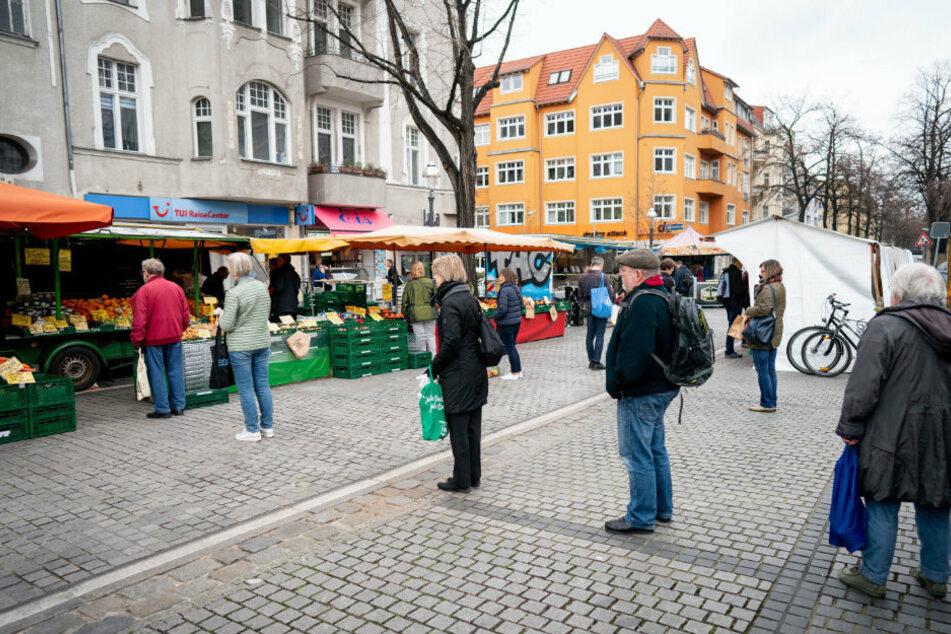 In Zeiten der Coronavirus-Krise gehen laut der Deutschen Marktgilde mehr Menschen, wie hier in Berlin, auf Wochenmärkte.