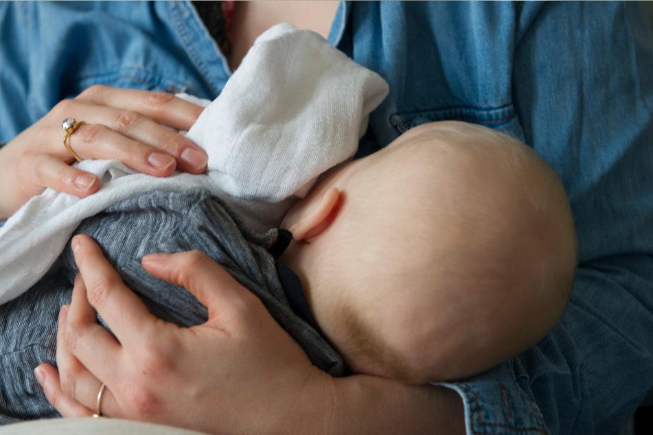Virologen aus Ulm haben das neue Coronavirus erstmals in der Muttermilch einer an Covid-19 erkrankten Frau nachgewiesen. Auch ihr Säugling sei an dem Virus erkrankt. (Symbolbild)