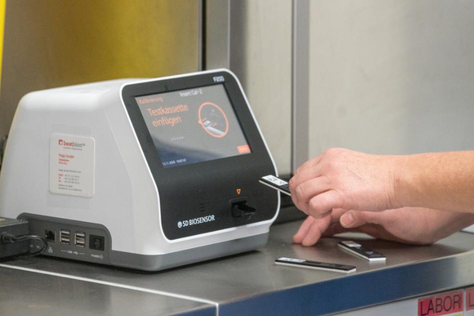 """""""Ergebnis nach 15 bis 30 Minuten"""": Mit solchen Geräten werden am Krankenhaus Dresden-Friedrichstadt die Schnelltests ausgewertet."""