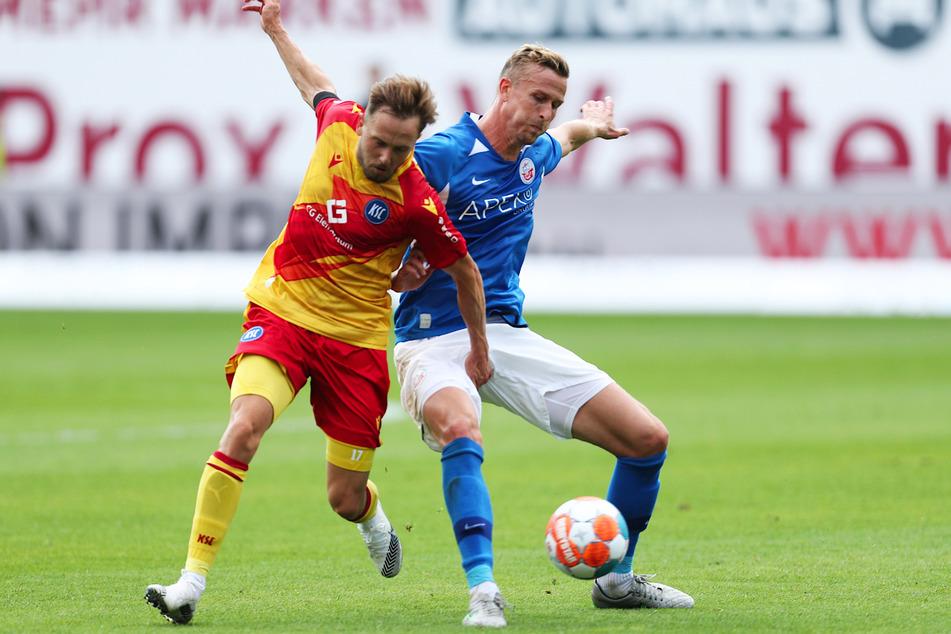 Thomas Meißner (r.) vom FC Hansa Rostock im Zweikampf mit Lucas Cueto vom Karlsruher SC.