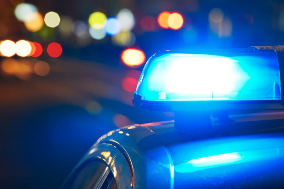 Polizei will BMW in Leipzig kontrollieren, Fahrer flüchtet und fährt gegen Baum