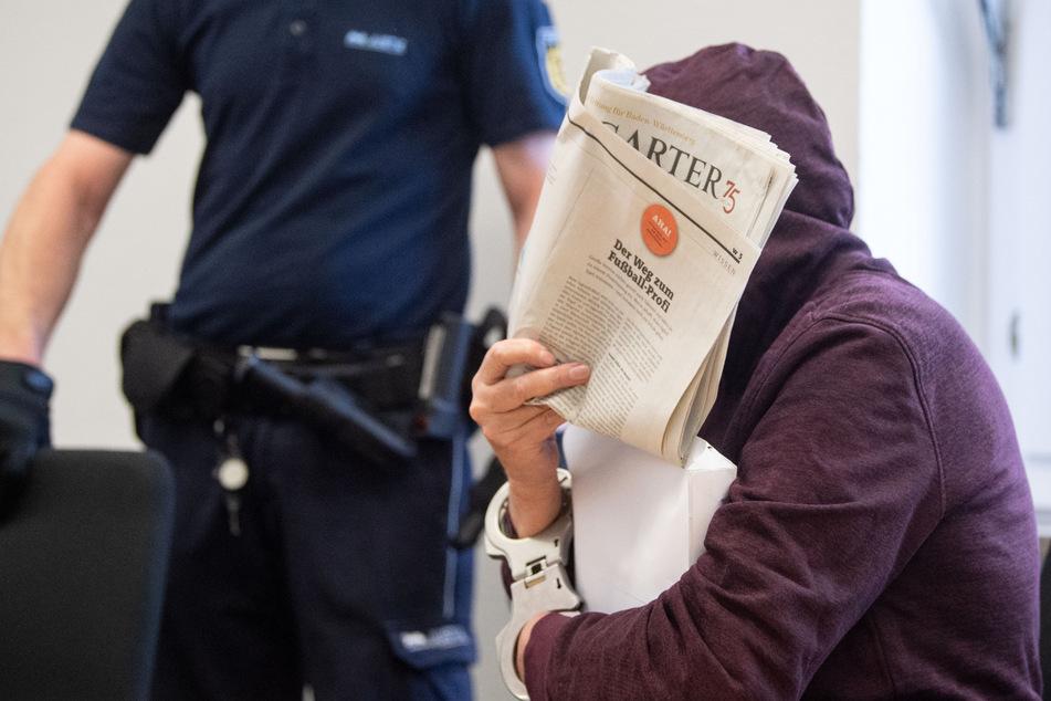 Der Angeklagte versteckte sein Gesicht am Mittwoch hinter einer Zeitung.