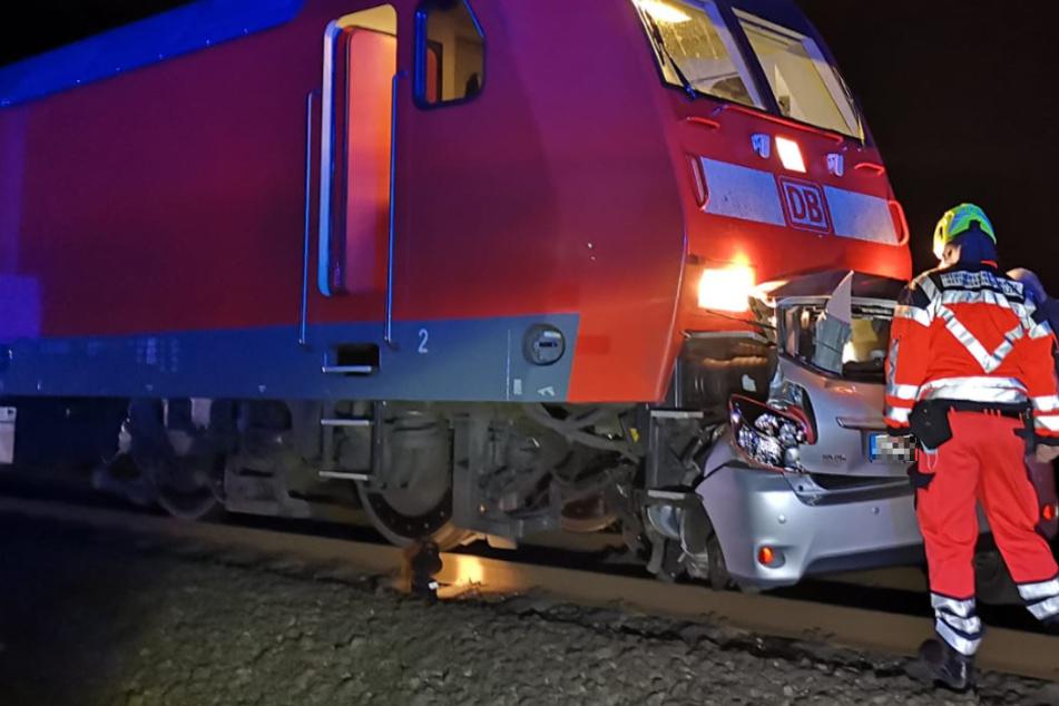 Tödlicher Unfall: Frau umfährt Schranken und wird von Zug erfasst