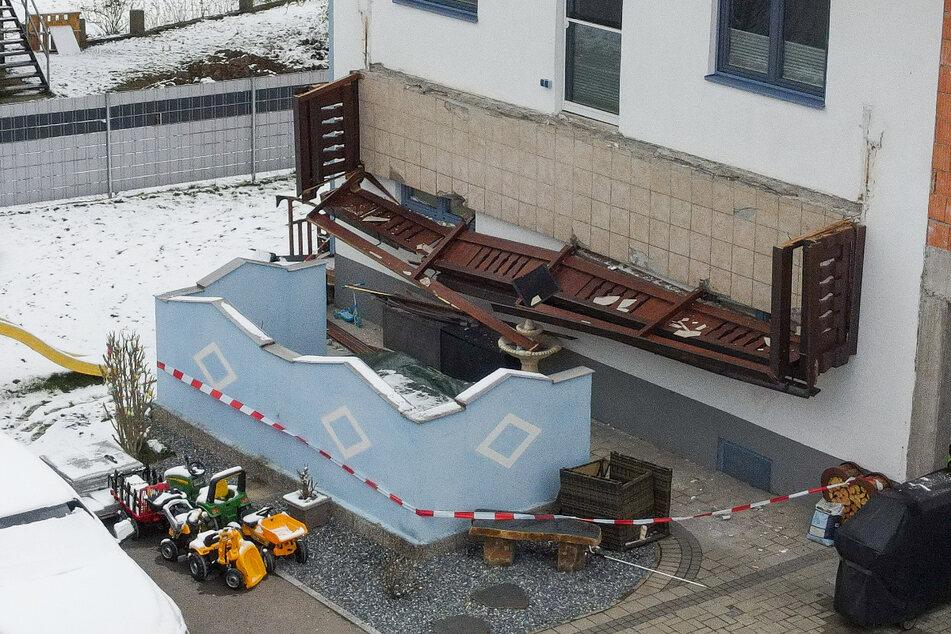 Frau stirbt nach Balkon-Absturz: Drei weitere Menschen verletzt