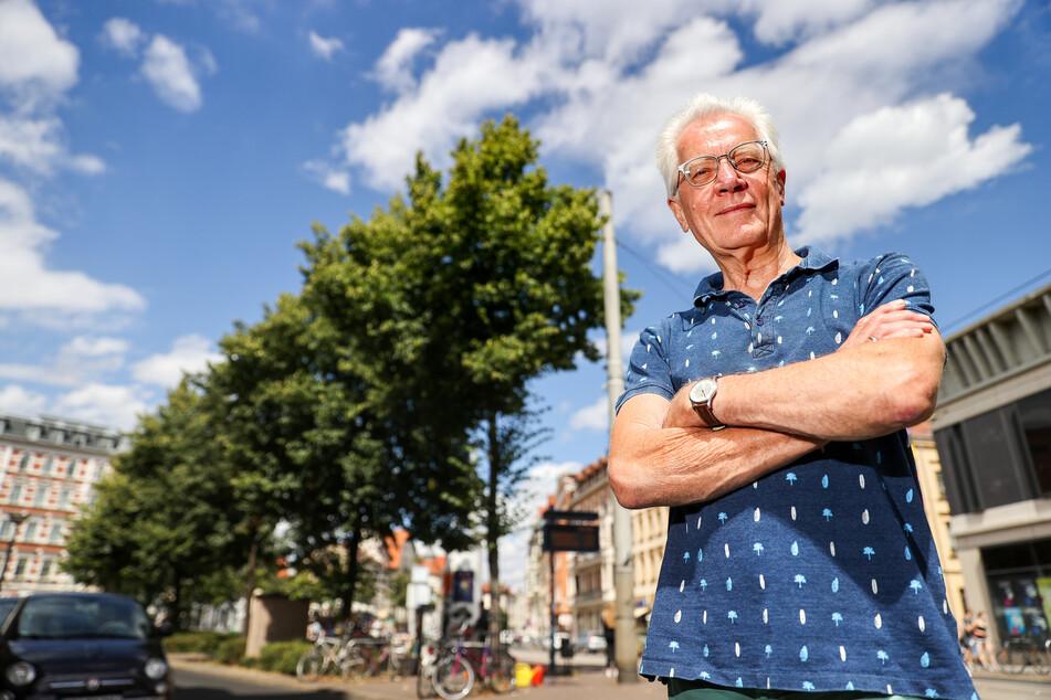 Uwe Buckendahl steht neben einem Straßenbaum auf dem Lindenauer Markt.