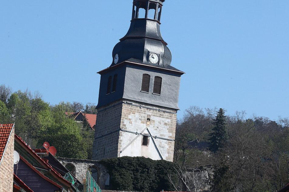 Die schiefe Kirche in Bad Frankenhausen wird von Stahlrohren gestützt.