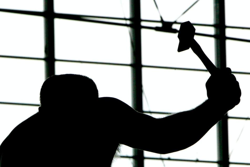 Streit eskaliert: Nachbar geht mit Hammer auf jungen Mann (18) und dessen Freunde los