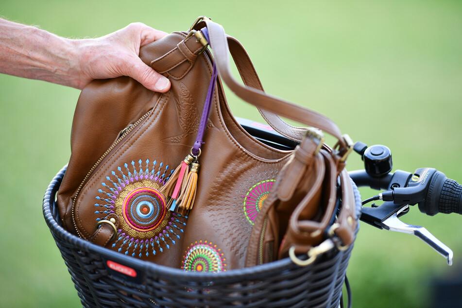 Eine 46-jährige Frau hat einer anderen Frau in Rostock die Handtasche geklaut, wurde dann jedoch von einem Rentner-Ehepaar verfolgt und gestellt. (Symbolfoto)