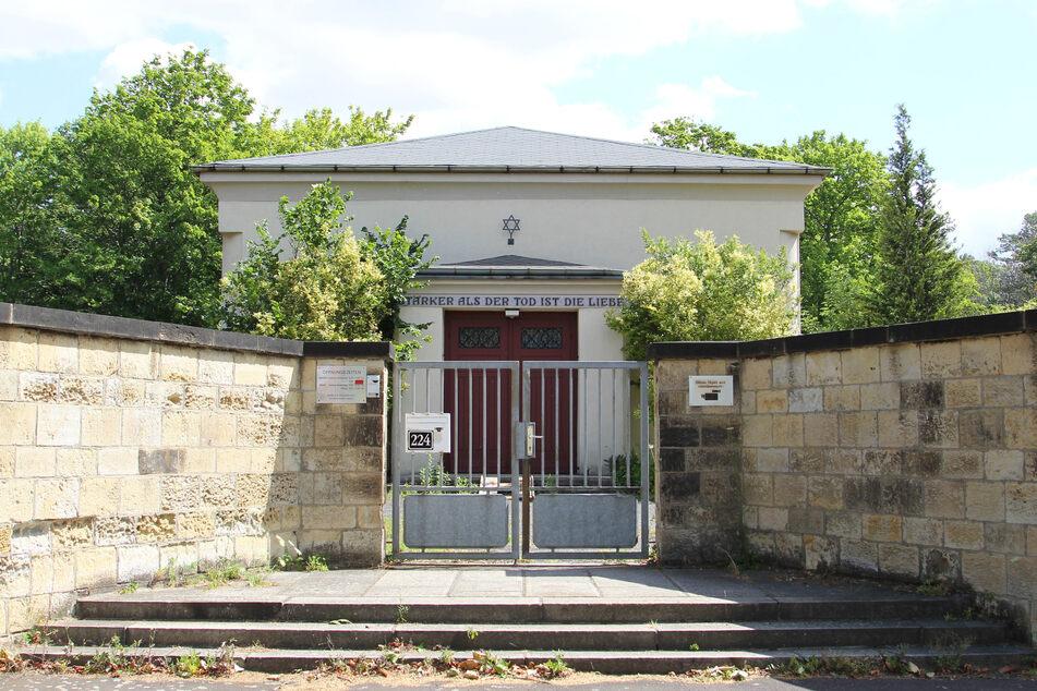 Der Neue Jüdische Friedhof zu Leipzig wurde 1928 eröffnet. Die große Trauerhalle mit Kuppel wurde 1939 von den Nazis gesprengt.