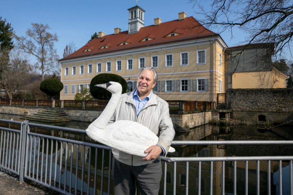 Ortsvorsteher Gernot Heerde sammelt Spenden, um nicht mehr mit dem Plaste-Schwan posieren zu müssen.
