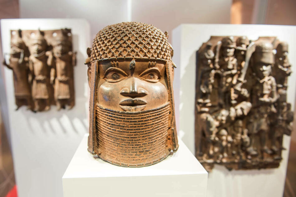 Raubkunst-Bronzen aus Benin sind 2018 im Museum für Kunst und Gewerbe in Hamburg ausgestellt. Am Dienstag berät die Stiftung Preußischer Kulturbesitz über weitere Schritte für die geplante Rückgabe der Benin-Bronzen. (Archivfoto)
