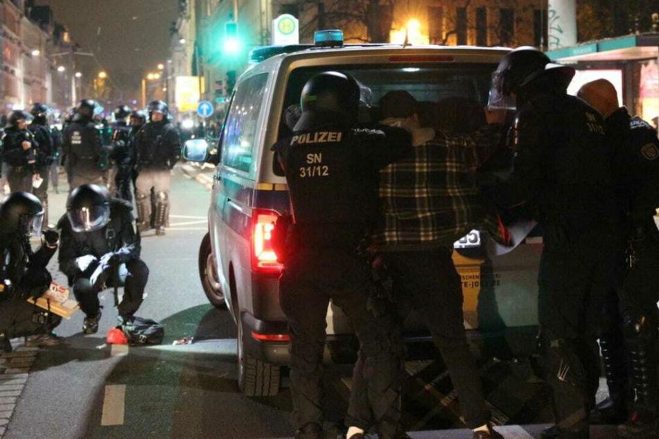 """Nach der """"ACAB""""-Demo am 13. Dezember in Leipzig prüft die Polizei eine Dienstaufsichtsbeschwerde gegen einen Beamten der Bereitschaftspolizei."""
