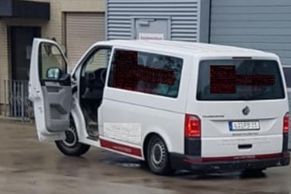 Heck schleift fast über die Straße: Kein Wunder! Minibus proppenvoll