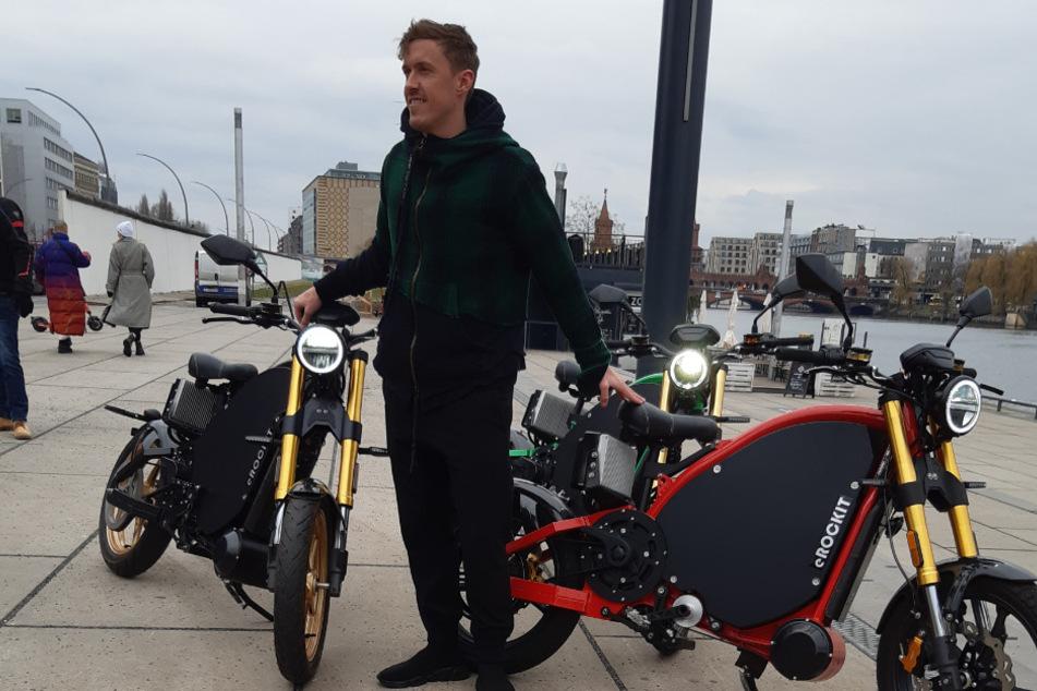 Max Kruse präsentiert an der East Side Gallery die neuen Elektromotorräder. Schon bei seiner Vorstellung beim 1. FC Union Berlin setzt er auf eROCKIT.
