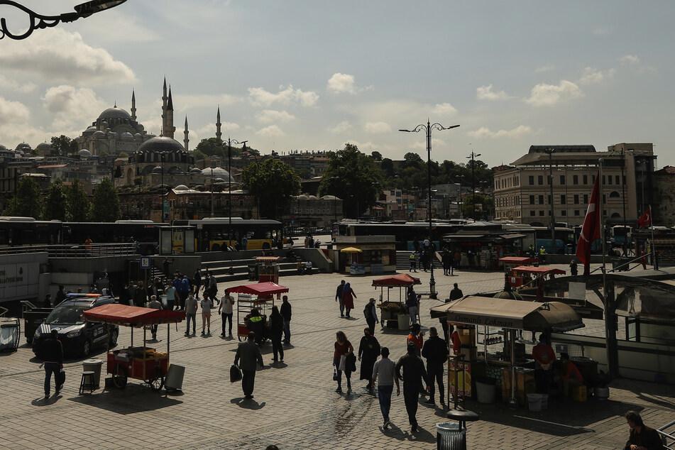 Die Türkei behält trotz der Lockerung vieler Corona-Beschränkungen die Ausgangssperren über das Wochenende bei.