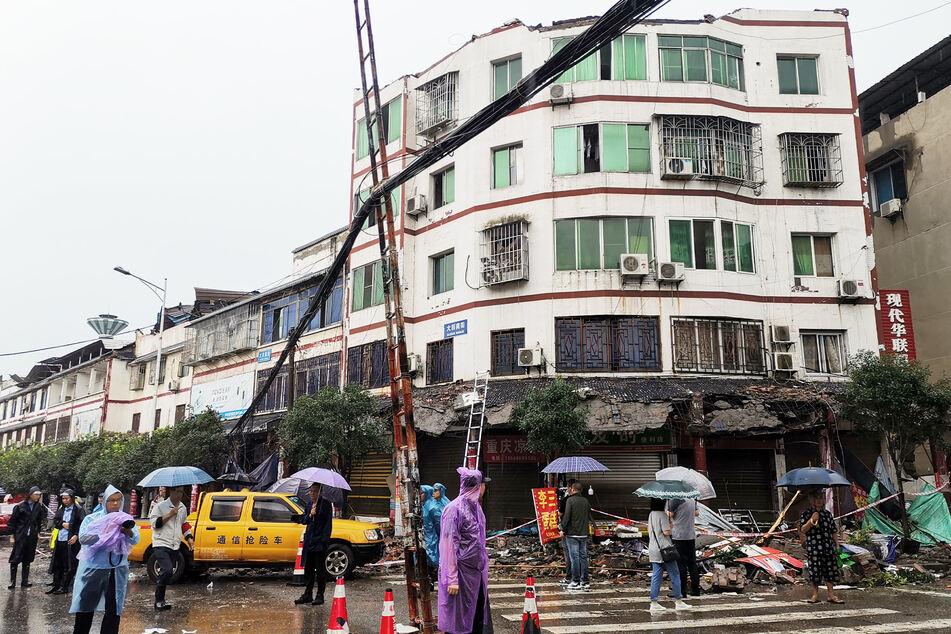 Dieses Gebäude nahm heftigen Schaden nach einem Erdbeben.
