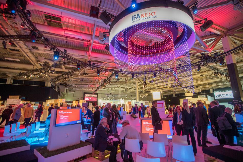 Besucher sind in einer Messehalle der Elektronikmesse IFA unterwegs. In diesem Jahr musste die IFA abgesagt werden.