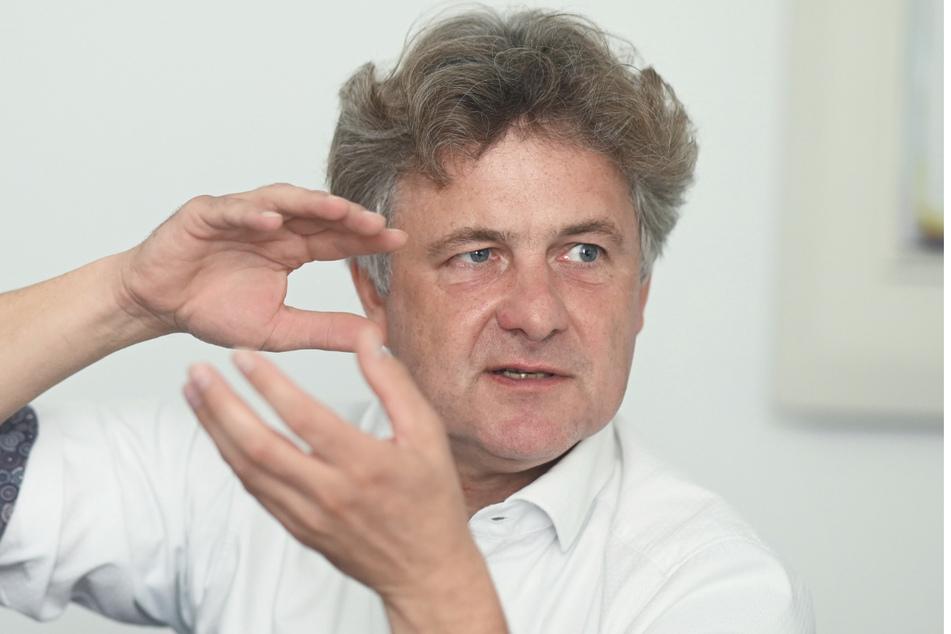 Frank Mentrup (SPD), Oberbürgermeister von Karlsruhe, spricht während eines dpa-Interviews im Rathaus.