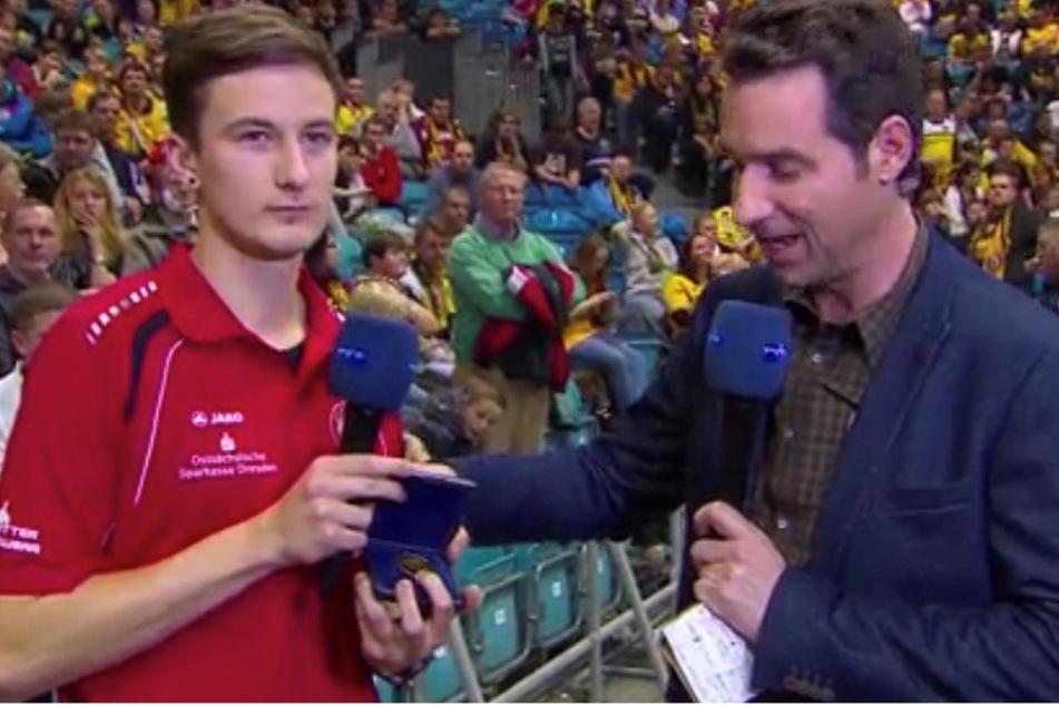 """Beim Superregiocup überreichte Moderator Tom Scheunemann (r.) die """"Tor des Monats""""-Medaille an Franz Häfner."""