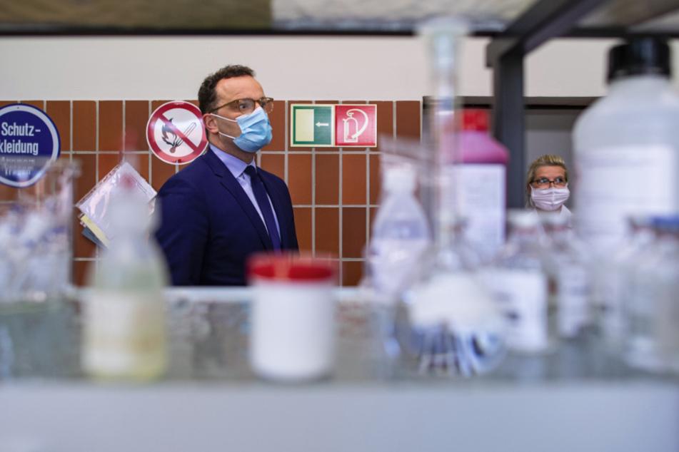 """Jens Spahn (CDU), Bundesgesundheitsminister, steht bei seinem Besuch des Sanitätsmateriallagers in einem Labor. Das Lager dient dem Bundesgesundheitsministerium während der Corona-Pandemie als """"Zentralapotheke"""". Die Bundeswehr beschafft, lagert und verteilt wichtige Arzneimittel zur Bekämpfung des Virus."""