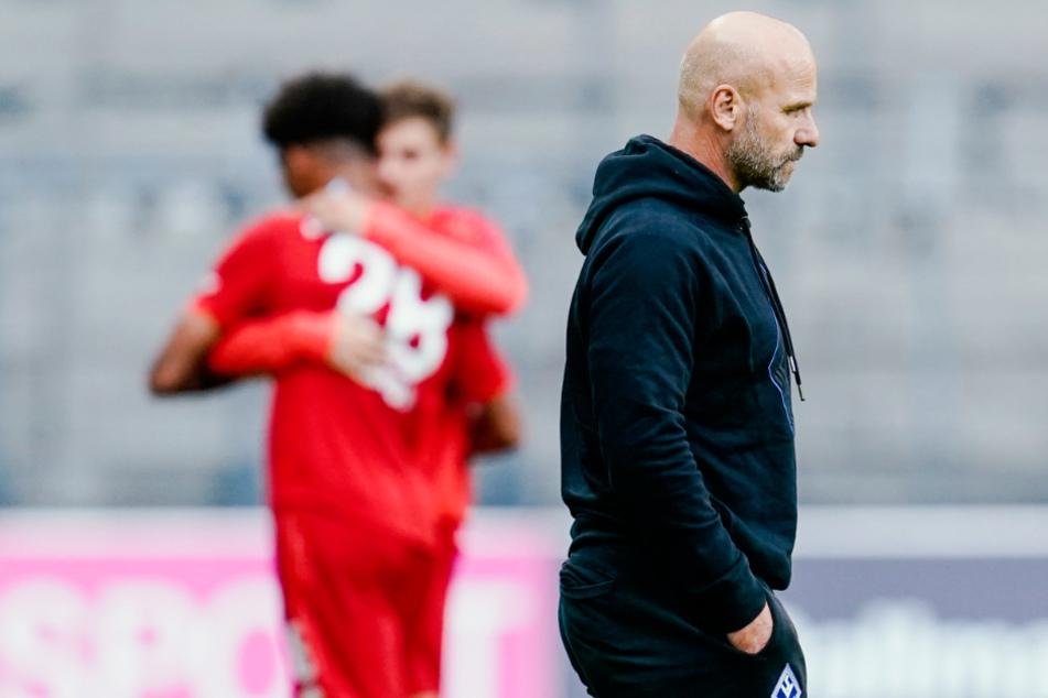 Bernhard Trares (54, rechts im Bild), Cheftrainer des SV Waldhof Mannheim, rechnet nicht mehr mit dem Aufstieg in die 2. Fußball-Bundesliga.