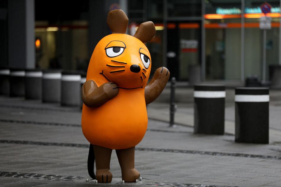 """Ein Figur der Maus steht vor dem WDR. Anlässlich des 50. Jahrestages der ersten Folge der """"Sendung mit der Maus"""" ist eine neue Mausfigur eingeweiht worden."""