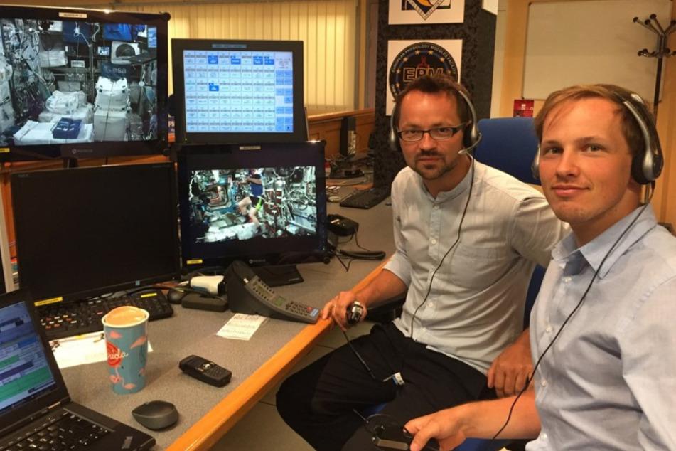 Tino Schmiel (44, l.) vom Institut für Luft- und Raumfahrttechnik und Georg Langer überwachen alles an der Bodenstation.