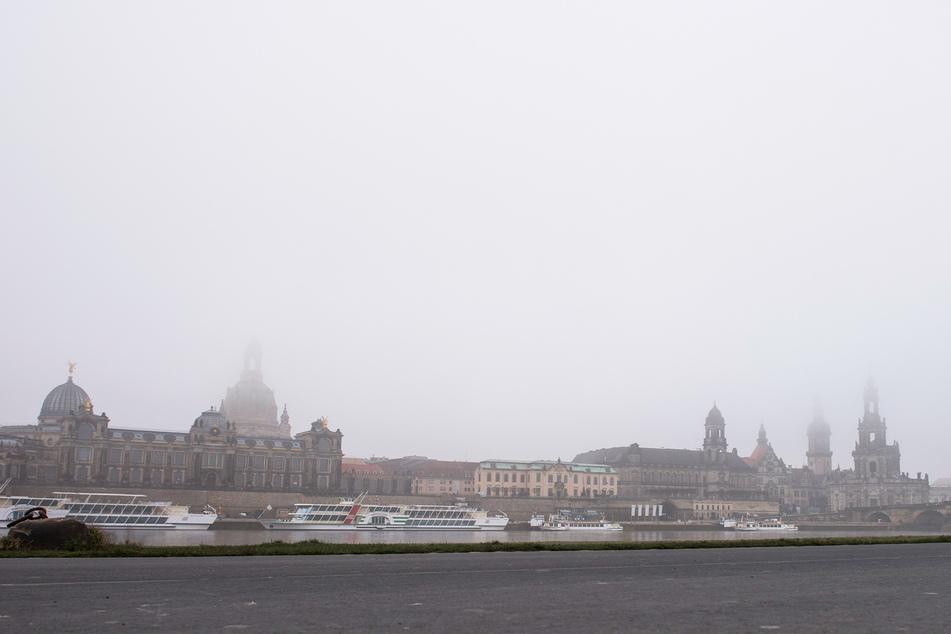 Ein grauer Schleier breitet sich über der Dresdner Altstadt aus.