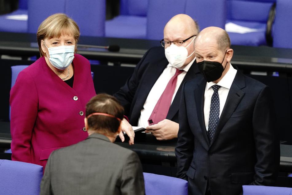Gesichter der Corona-Politik: Angela Merkel (66, CDU, l.), Peter Altmaier (62, CDU, M) und Olaf Scholz (62, SPD, r.).