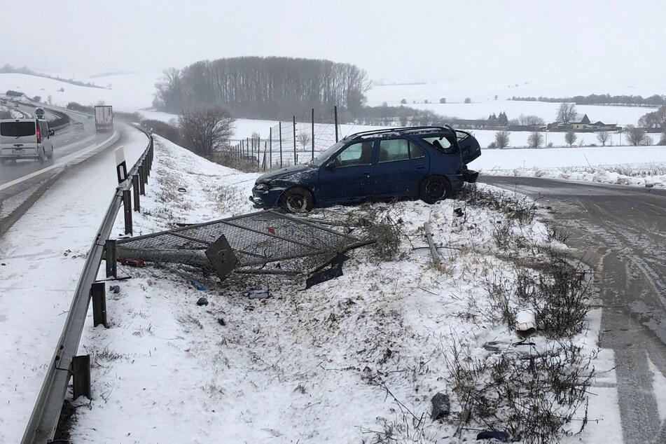 Unfall auf A38: Peugeot-Fahrer kracht durch Behelfsausfahrt