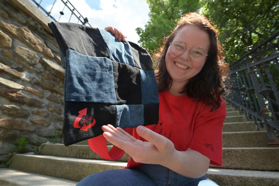 """Marielle Germann (18) vom Vorstand hält einen """"Upbag""""- Jeansbeutel in den Händen."""