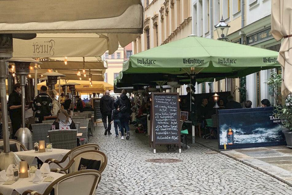 Trotz Regenwetter: Großer Andrang auf wieder geöffnete Freisitze in Leipzig