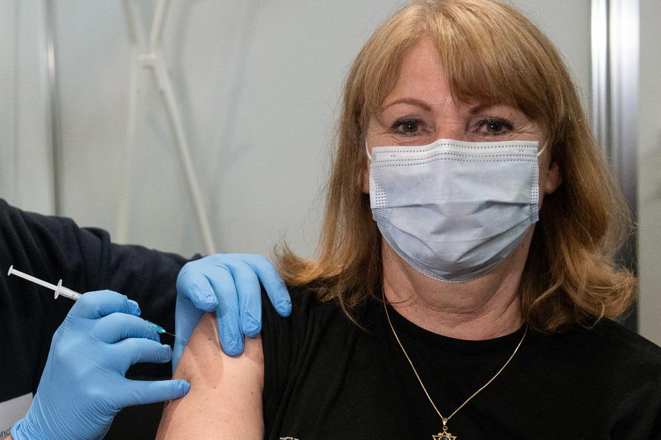 Gesundheitsministerin Petra Köpping (62, SPD) bei ihrer Erstimpfung mit der Vakzin von AstraZeneca am Montag.