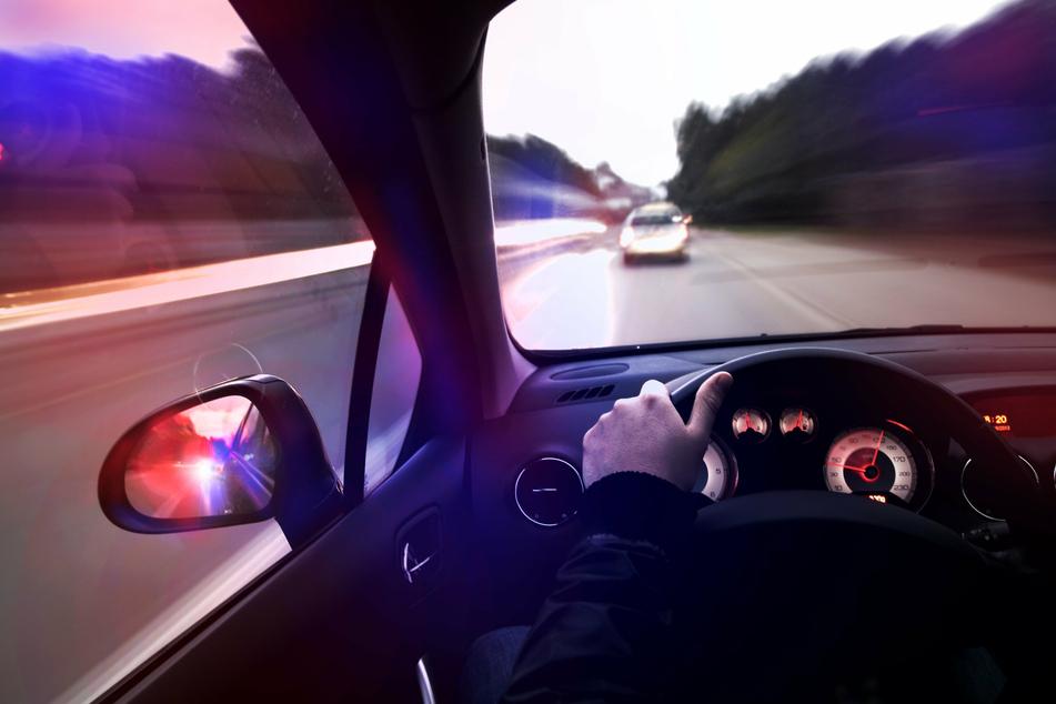 Der 38-jährige Fahrer und seine 21-jährige Beifahrerin flüchteten vor der Polizei. Ihre Fahrt endete auf dem Präsidium. (Symbolbild)