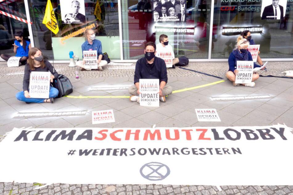 Umweltaktivisten protestieren in Berlin und kleben sich an CDU-Parteizentrale fest