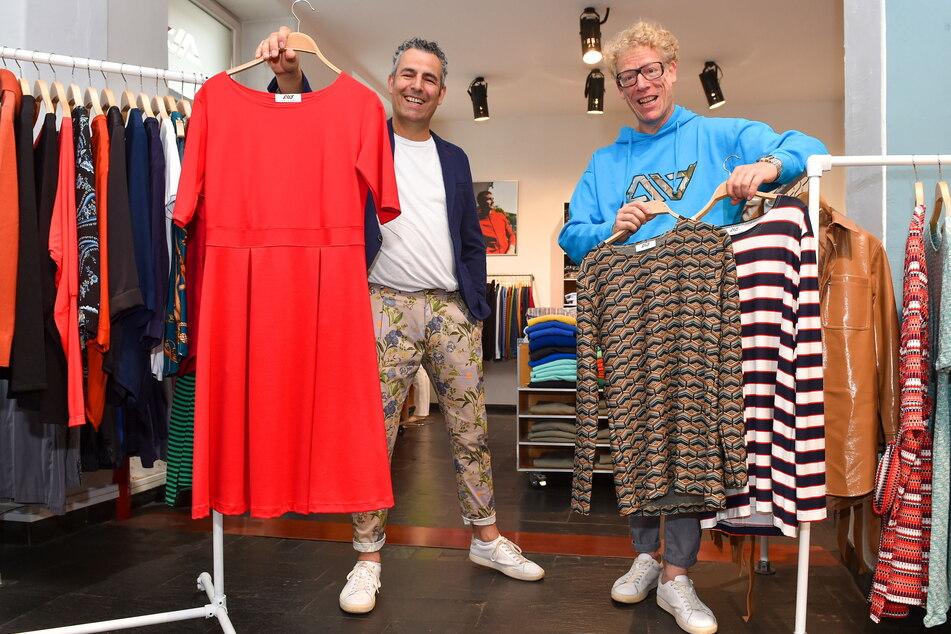 Peer (47, l.) zeigt noch einmal das rote Kleid, Bruder Sven Anders (49) präsentiert die aktuelle Männermode im Neustadt-Laden.