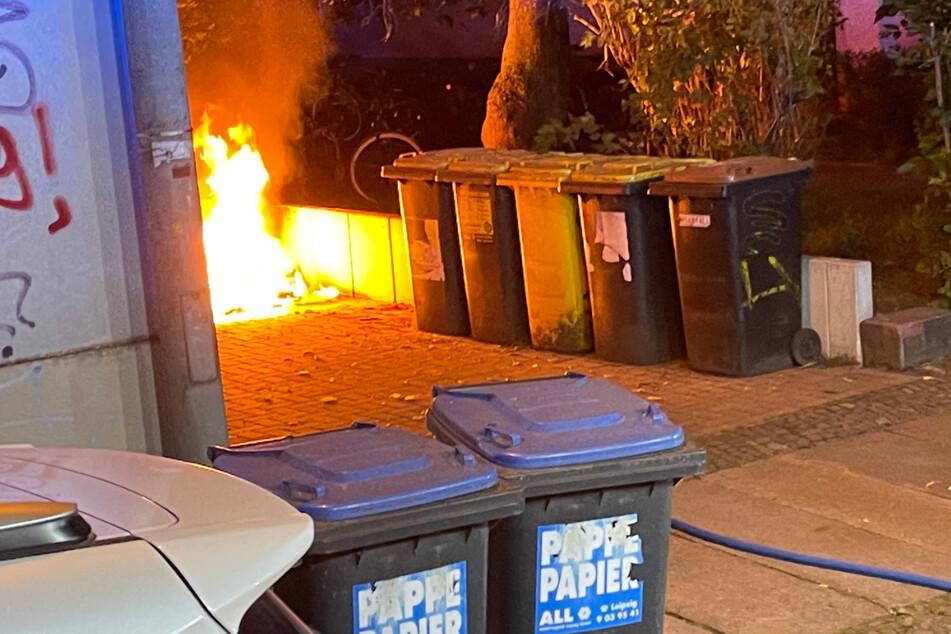 In Connewitz und in der Südvorstadt, wie hier in der Steinstraße, wurden mehrere Mülltonnen und Unrat angezündet.