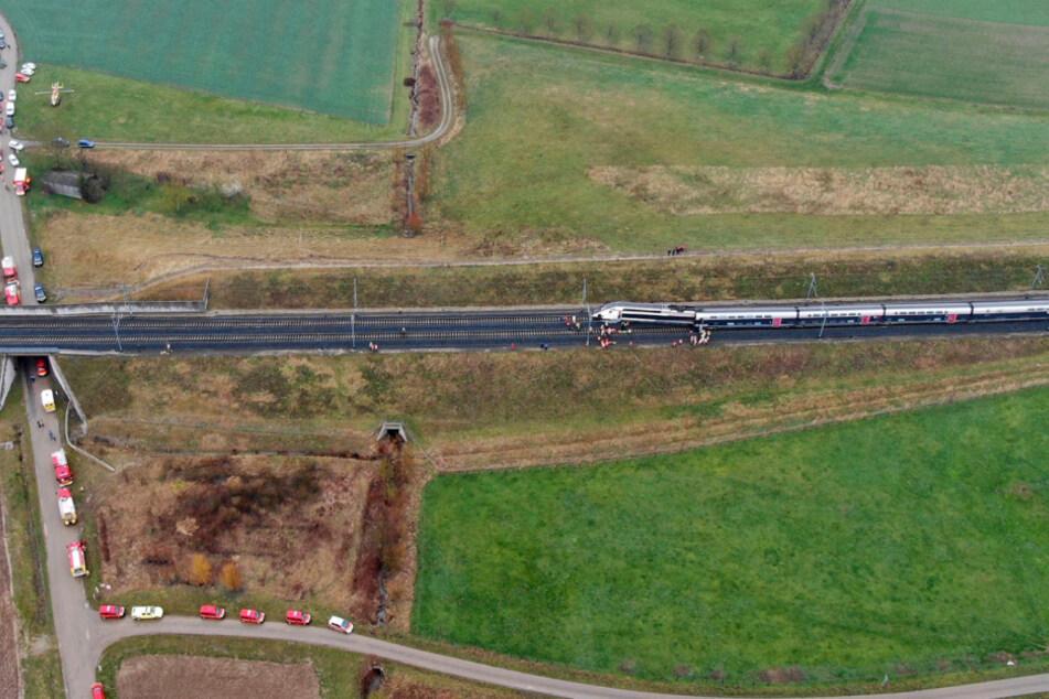 Dieses von der Präfektur Bas-Rhin zur Verfügung gestellte Foto zeigt Feuerwehrwagen in der Nähe des TGV-Hochgeschwindigkeitszuges.