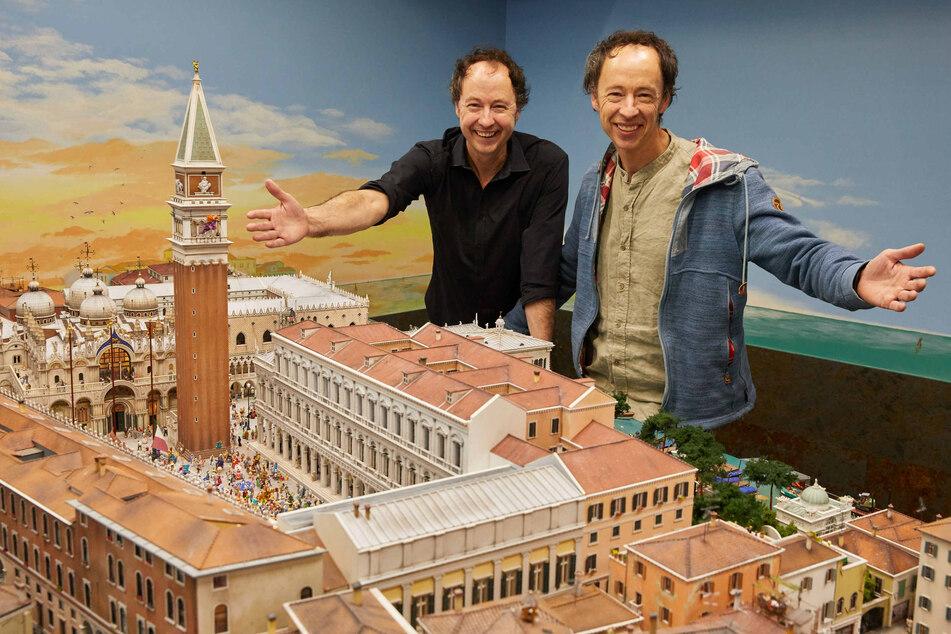 Die Unternehmer Frederik (53, l.) und Zwillingsbruder Gerrit Braun posieren im Miniatur Wunderland und können sich flexible Regelungen vorstellen.