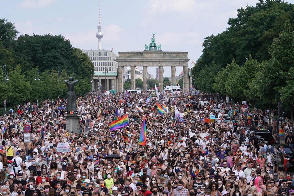 Tausende Menschen nehmen an der Parade des Christopher Street Day (CSD) vor dem Brandenburger Tor teil.