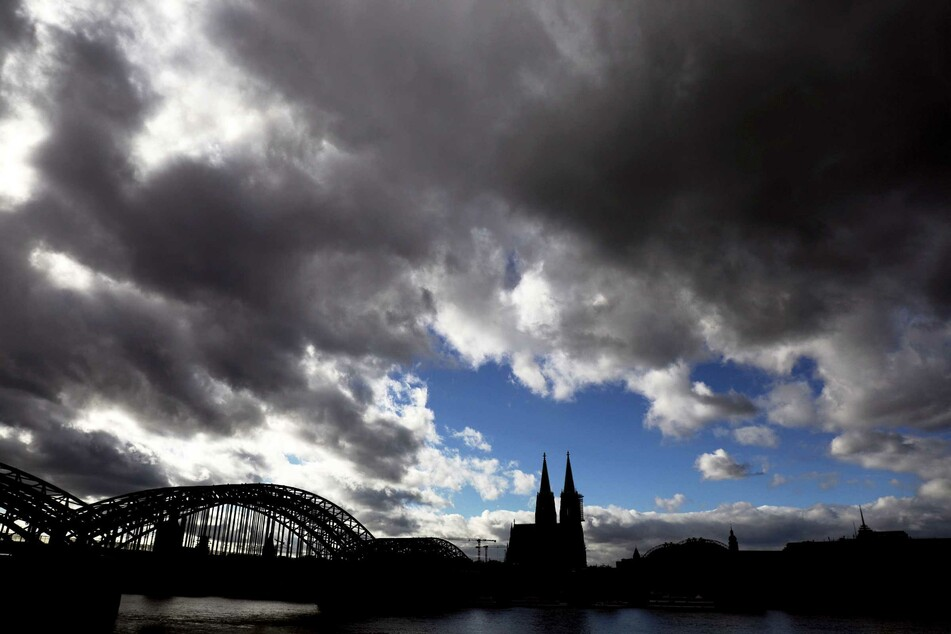 Die Menschen in NRW können am Wochenende nur auf wenig Sonne hoffen. Stattdessen wird es viele Wolken, zeitweise Regen und gelegentlich Auflockerungen geben. (Archivbild)