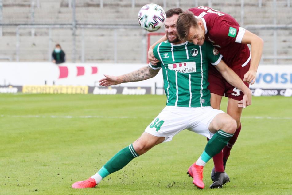 Krampf und Kampf bestimmten das Spiel. Lübecks Mittelstürmer Patrick Hobsch legt sich rein in den Zweikampf. Den Ball spielt aber Dresdens Tim Knipping mit dem Kopf.
