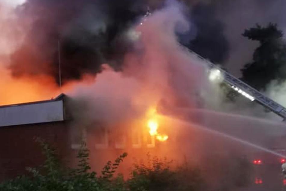 Großbrand zerstört Schule und verletzt zwei Feuerwehrleute
