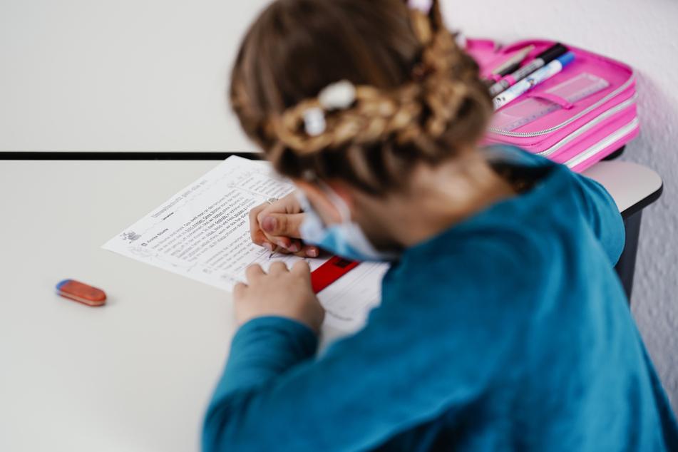 """Corona hinterließ bei Kindern und Jugendlichen oftmals Lernrückstände. Das Corona-""""Aufholprogramm"""" soll bei der Bewältigung der Lücken helfen."""