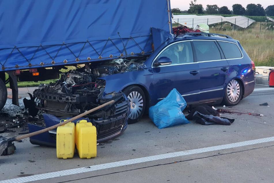Auto gerät unter Lkw: Ein Toter und mehrere Schwerverletzte