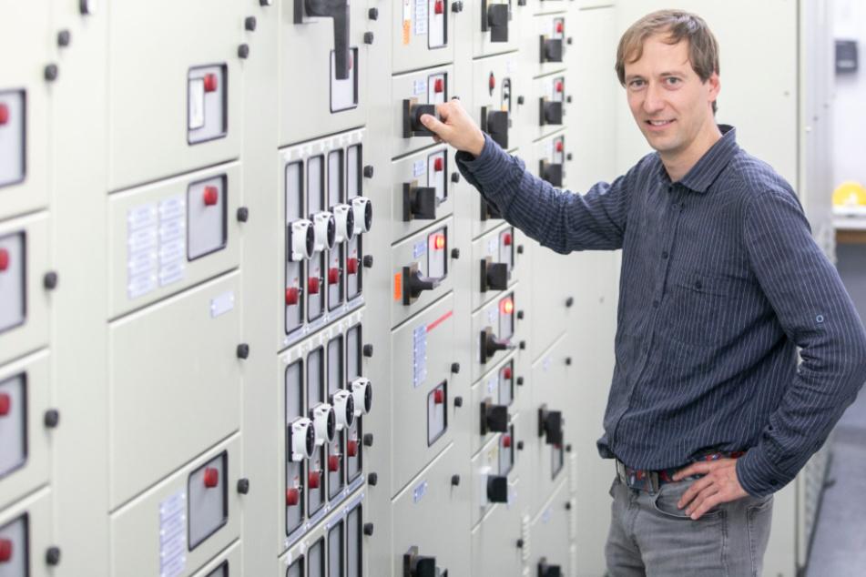 Projektingenieur Martin Mallon (38) nimmt die alte Schaltanlage außer Betrieb.
