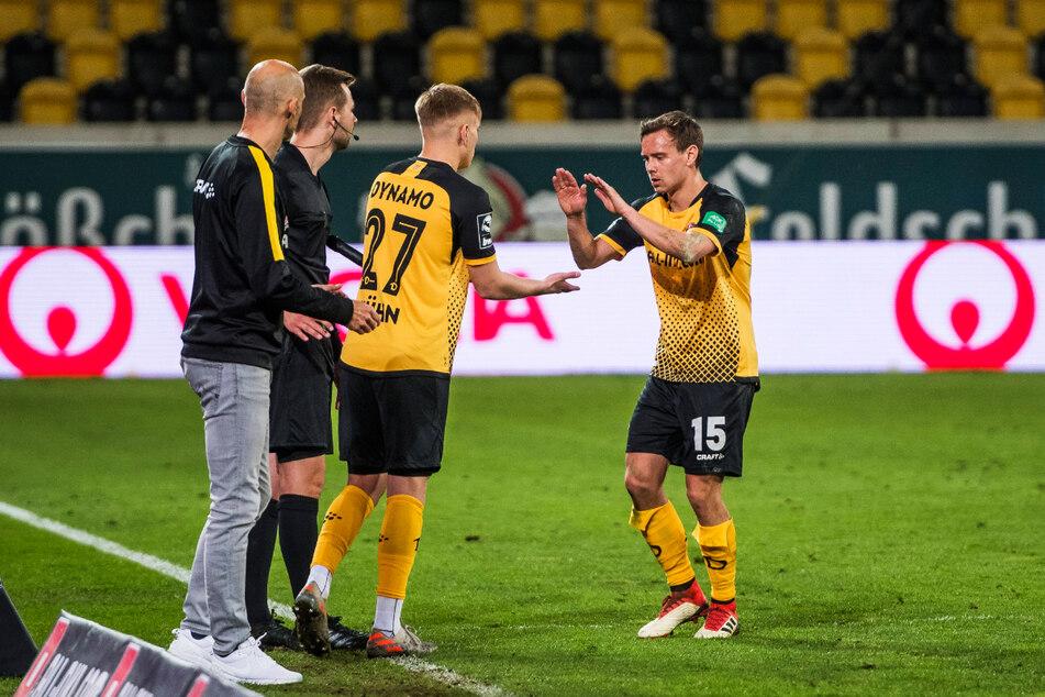 28. April beim 1:0 gegen Duisburg: Der eine Plauener geht, der andere kommt. Chris Löwe (32, r.) wurde gegen Jonas Kühn (19, 2.v.r.) ausgewechselt.