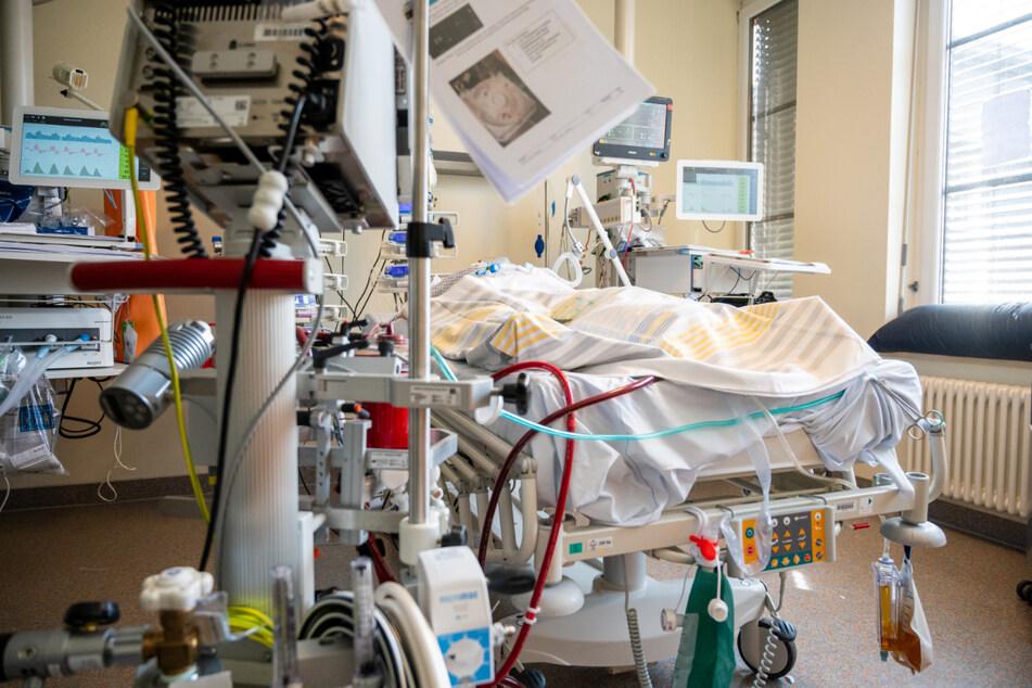 In einem Zimmer einer Intensivstation in Berlin wird ein Patient mit einem schweren Covid-19-Krankheitsverlauf behandelt.